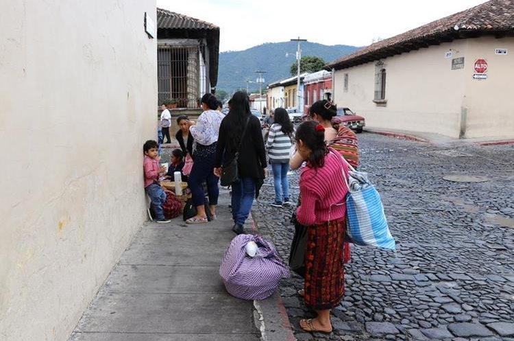 Los vendedores afectados tratan de vender sus productos en las calles aledañas al tanque de la Unión. (Foto Prensa Libre: Julio Sicán)