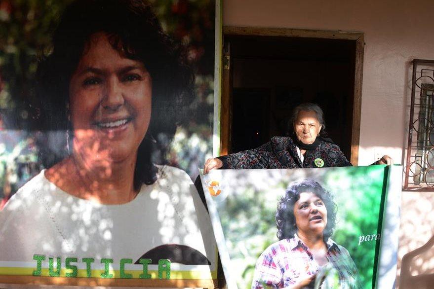 María Austra Berta Flores, madre de Cáceres, es fotografiada en La Esperanza, Honduras. (AFP).