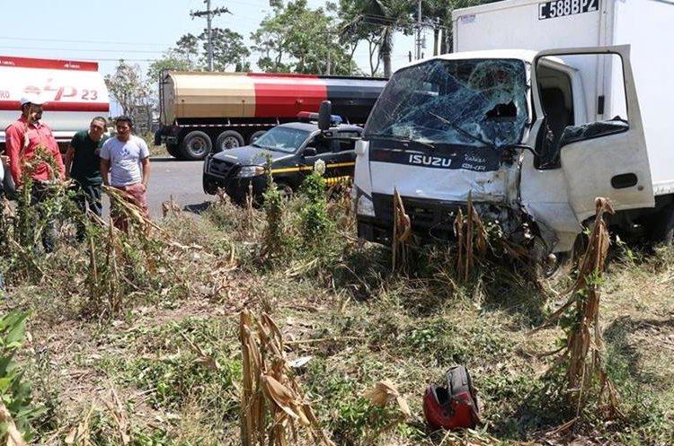 Del impacto el casco de uno de los fallecidos salió expulsado y quedó a unos metros del camión. (Foto Prensa Libre: Enrique Paredes)