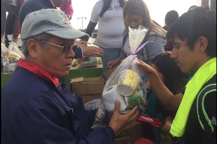 Las leyendas de Municipal llevaron alegría y felicidad a las colonias Sakerty y Centroamérica, de la zona 7 capitalina. En la foto, el exdefensor Llijón León de León entrega víveres (Foto Prensa Libre: cortesía)