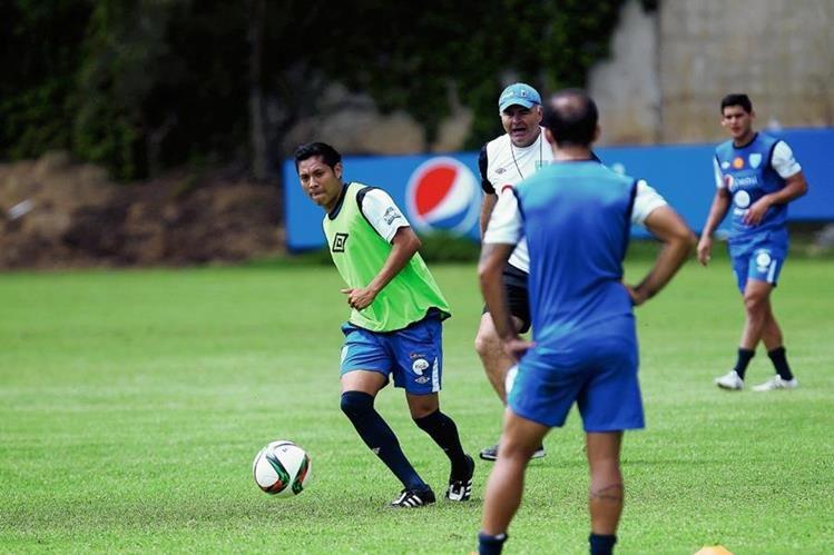 Gerardo Arias —de verde— en el entreno de la  Selección Nacional de Guatemala, previo al amistoso ante Estados Unidos y Copa Oro (Foto Prensa Libre: Carlos Vicente)