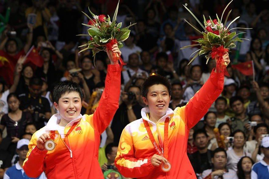 Yu Yang and Du Jing de China ganaron la medalla de oro en bádminton en parejas. El país anfitrión se llevó 51 medallas de oro convirtiéndose en la primera potencia olímpica. (Foto: AFP)