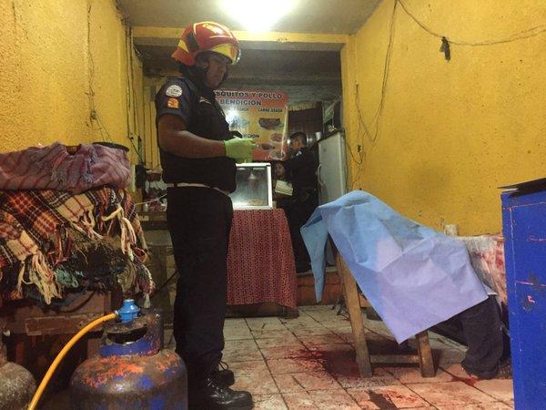 En una silla quedó el cuerpo de un hombre de aproximadamente 39 años. (Foto Prensa Libre: Bomberos Municipales)