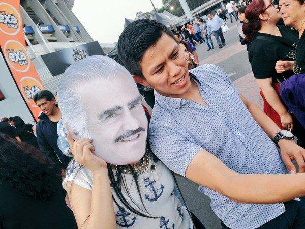Fanes llegan a despedir a un grande Vicente Fernández. (Foto Prensa Libre: @_VicenteFdez)