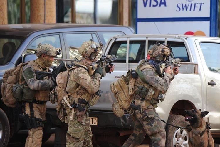 Fuerzas élites toman posición en hotel. (Foto Prensa Libre: AFP)