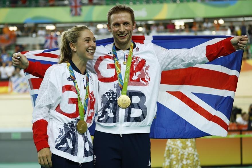 Laura Trott, y su prometido Jason Kenny festejaron el oro. (Foto Prensa Libre: AP)