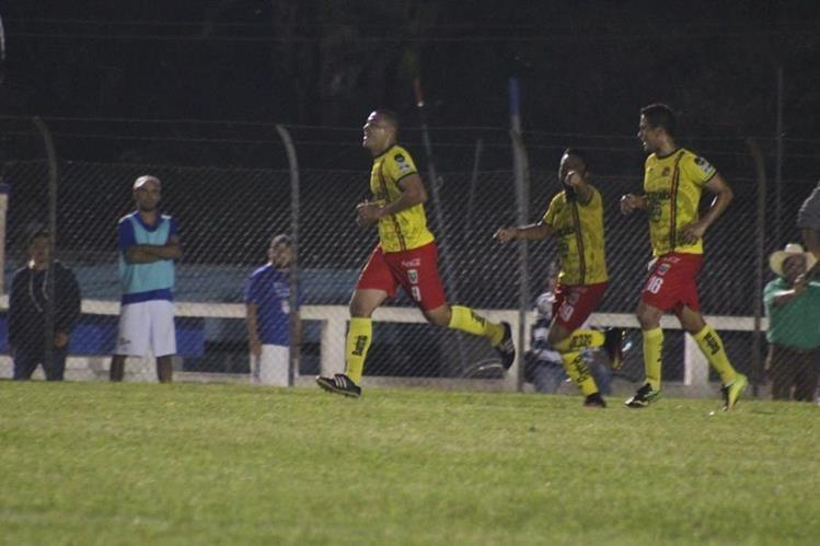 Así festejaron los jugadores de Marquense, el primer gol del partido. (Foto Prensa Libre: Eduardo Sam)