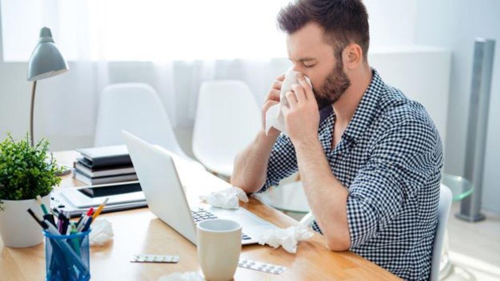 Si tienes un jefe que nunca falta por enfermedad, es posible que tú también trates de no ausentarte nunca. (THINKSTOCK)