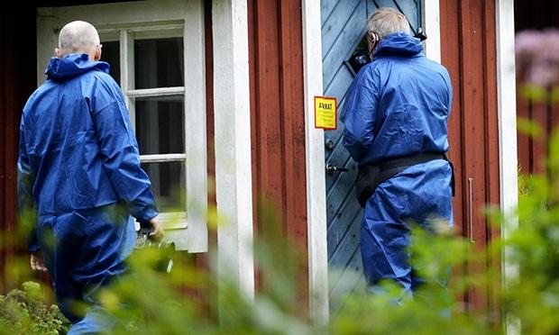 Peritos en el ingreso del área donde la mujer permaneció cautiva. (Foto tomada del sitio: theguardian.com).
