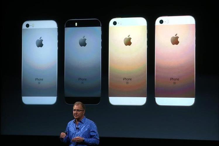 Greg Joswiak, vicepresidente de Apple, presenta el iPhone SE, de 4 pulgadas, en la sede de la compañía en Cupertino, California. (Foto Prensa Libre: AFP).