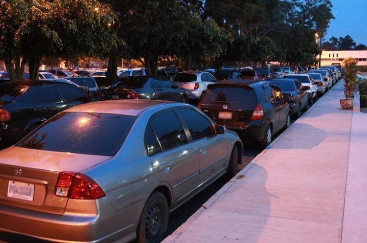 Los estudiantes también temen el robo de sus vehículos.(Foto Prensa Libre: Estuardo Paredes)