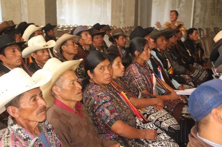 Los líderes comunitarios aseguran que existe marginación hacia ellos. (Foto Prensa Libre: Ángel Julajuj)