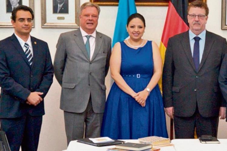 Hans-Joachim Fuchtel (cuarto de iquierda a derecha), secretario de Estado de Cooperación Económica y Desarrollo.(Foto Prensa Libre: Cortesía)