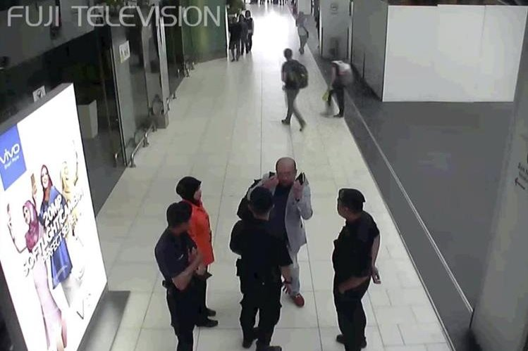 Kim Jong Nam (de gris), en el momento en que solicita auxilio al personal de aeropuerto. (Foto Prensa Libre: AP)