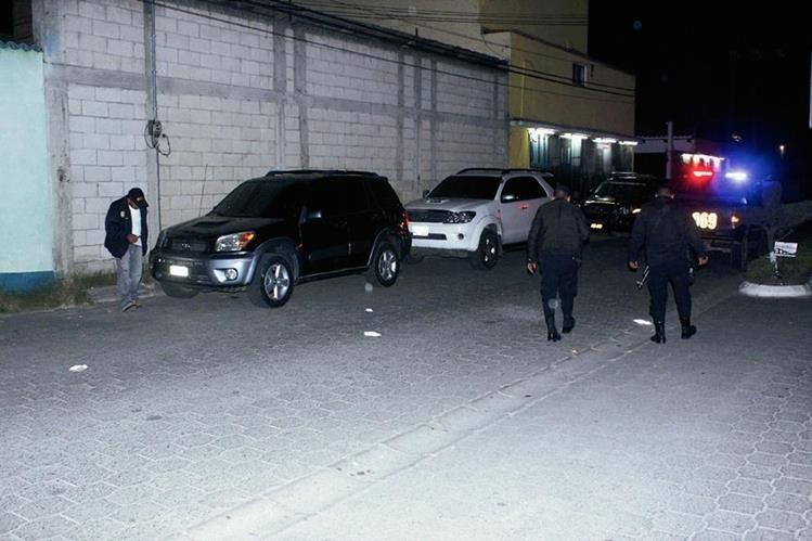 PNC inspecciona   el lugar en el que ocurrió el ataque armado, en Chimaltenango.  (Foto Prensa Libre: Víctor Chamalé)