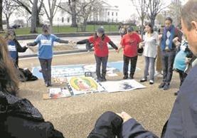 Un grupo de Dreamers protesta frente a la Casa Blanca, en Washington, en contra de las deportaciones de jóvenes que han estudiado en universidades de Estados Unidos, en diciembre último. (Foto Prensa Libre: HemerotecaPL)<br />