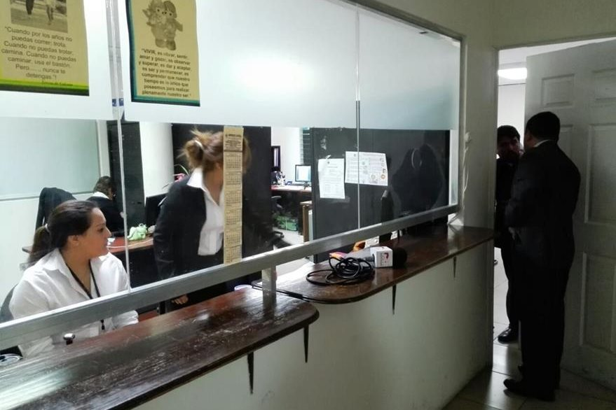 Los investigadores de la Cicig y la FECI secuestraron docuementos de la oficina de Recursos Humanos del Congreso. (Foto Prensa Libre: E. Bercian)