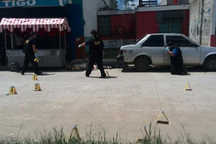 Dos hombre murieron en San Pedro Ayampuc luego de un ataque armado. (Foto Prensa Libre: Bomberos Voluntarios)