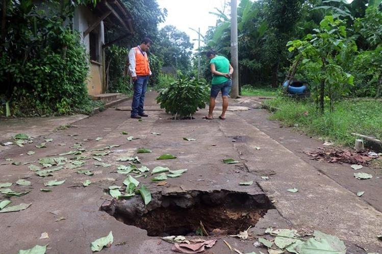 Vecinos están preocupados porque la calle podría colapsar por las lluvias. (Foto Prensa Libre: Rolando Miranda)