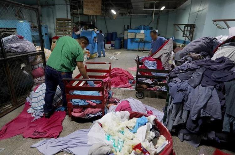 En el área de lavandería hay saturación de trabajo debido al poco personal que atiende en el lugar.