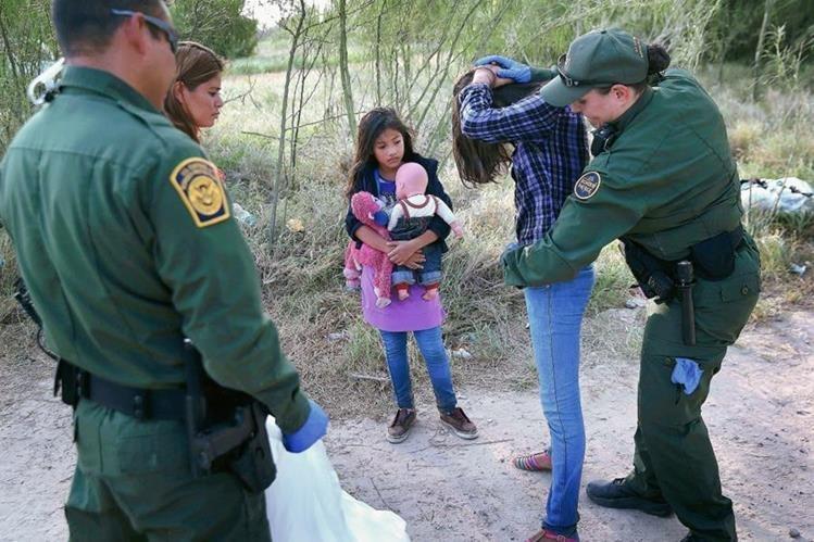 Agentes de la Patrulla Fronteriza revisan a dos menores detenidas en la frontera. (Foto Prensa Libre: Hemeroteca PL)