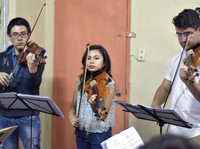 Jóvenes entre 18 y 30 años participan en la Orquesta Juvenil Centroamericana y del Caribe.