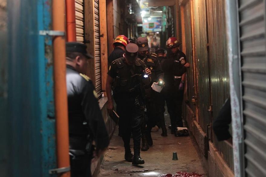 Los tres jóvenes, supuestos delincuentes, corrían por uno de los callejones del mercado La Terminal, cuando fueron atacados. (Foto Prensa Libre: Érick Avila)
