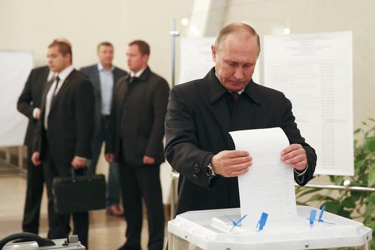 El presidente ruso, Vladimir Putin, emite su voto en Moscú. (Foto Prensa Libre: AP)