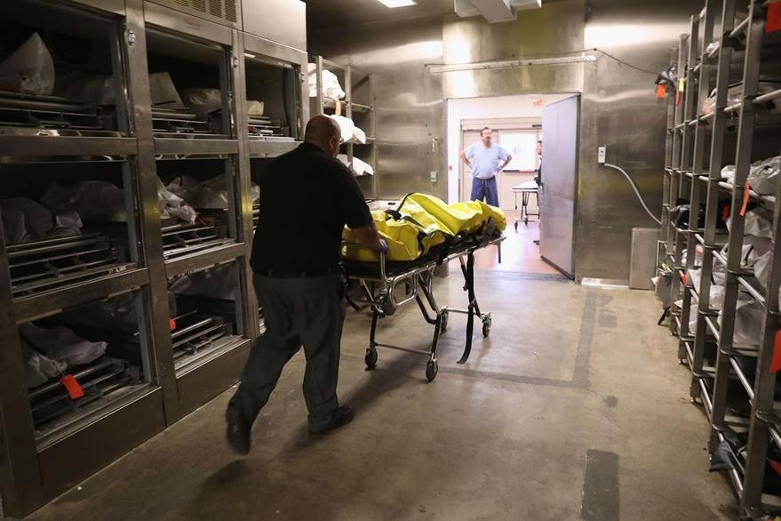 Un investigador de la morgue de Pima muere un cadáver. (Foto Prensa Libre: AFP).