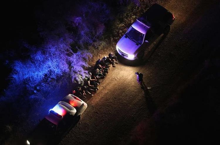 Agentes fronterizos detienen a un grupo de indocumentados en la frontera sur de EE. UU. (Foto Prensa Libre: AFP).