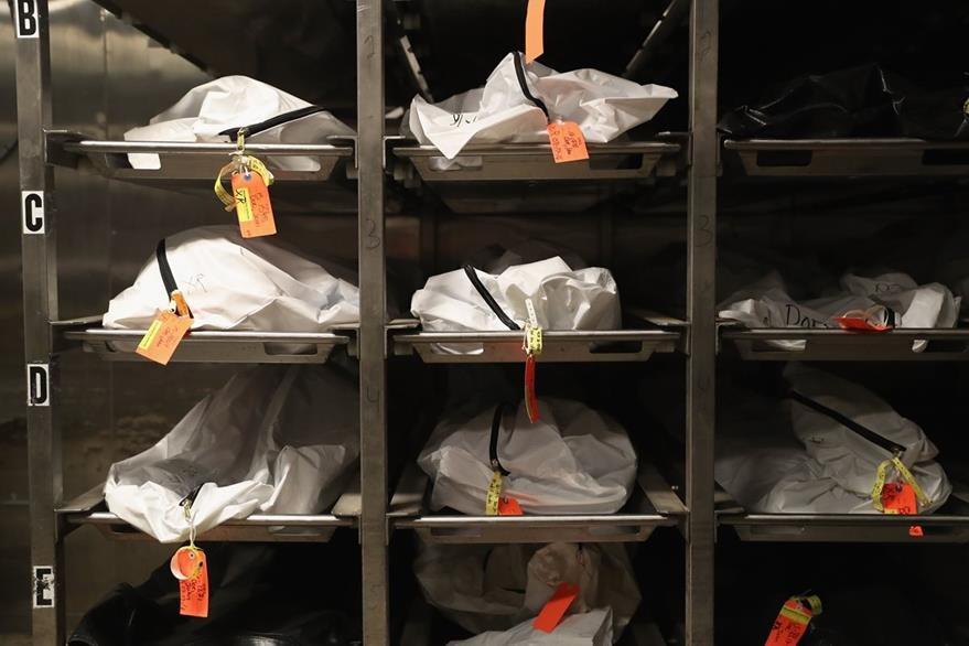 Las pertenencias de los indocumentados falleciso son guardadas en estantes del Centro Médico de Pima. (Foto Prensa Libre: AFP).