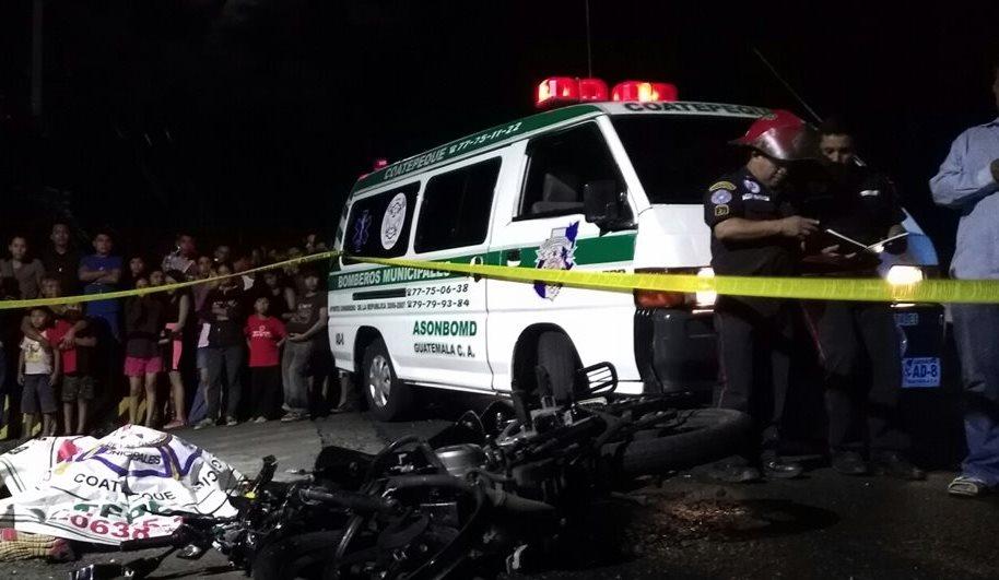 Socorristas cubren el cadáver de un menor que murió arrollado por un tráiler en Coatepeque. (Foto Prensa Libre: Alexánder Coyoy)