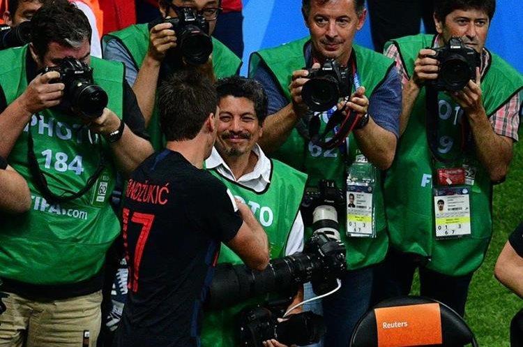 Mandzukic y Cortez estrechan las manos después de lo sucedido en el estadio Luzhniki en Moscú, Rusia.
