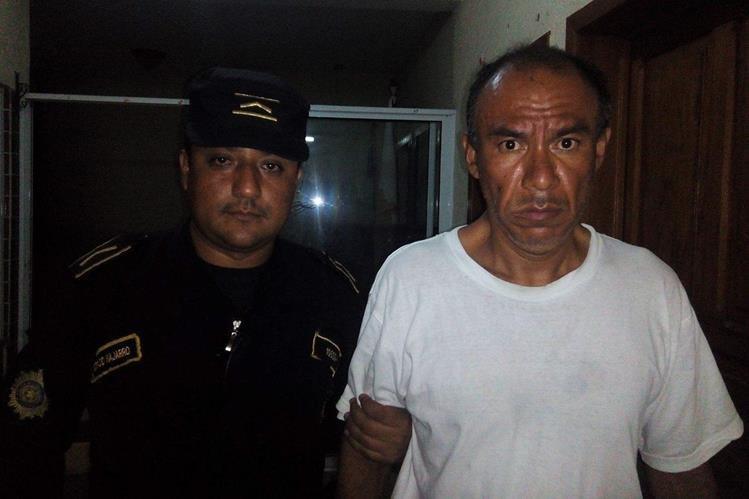 Julio Alberto Barrera Ramirez es trasladado a una subestación de la PNC en Esquipulas. (Foto Prensa Libre: Edwin Paxtor)