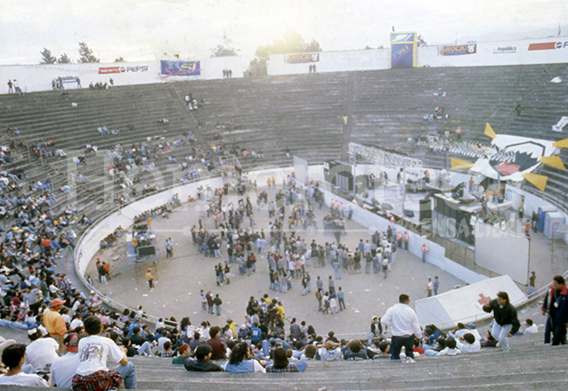 Conforme fue avanzando el desarrollo del concierto la mítica Plaza de Toros fue llenándose. (Foto: Hemeroteca PL)