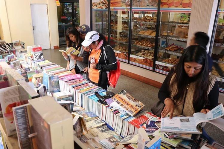 La mayoría de marquenses busca obras de la literatura clásica y de ficción. (Foto Prensa Libre: Whitmer Barrera)