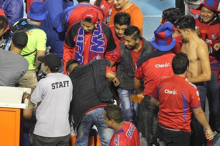 La afición escarlata celebró también en el Doroteo Guamuch Flores. (Foto Prensa Libre: Norvin Mendoza)