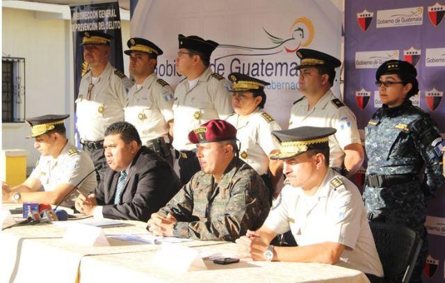 Elmer Sosa y autoridades de la PNC durante la inauguración del Plan de Seguridad en Chinautla. (Foto Prensa Libre: Mingob)
