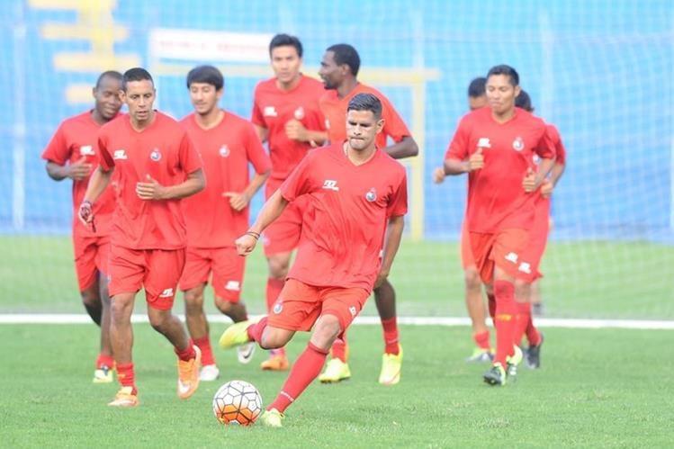 Los jugadores de Municipal realizaron ayer trabajo regenerativo en el estadio Manuel Felipe Carrera. (Foto Prensa Libre: Francisco Sánchez)