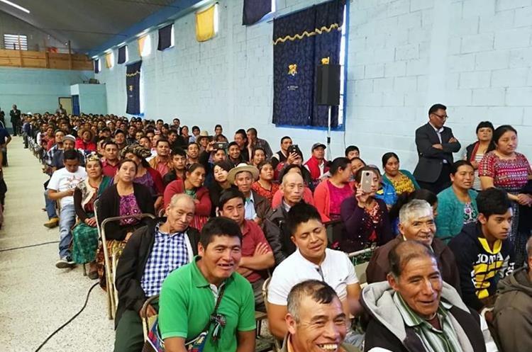 Asistentes al evento de inauguración de carretera en Totonicapán. (Foto Prensa Libre: Mynor Toc)