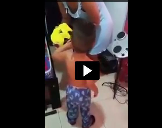 El pequeño Santiago rechaza la camisola de la Selección de Colombia. (Foto Prensa Libre: Internet)