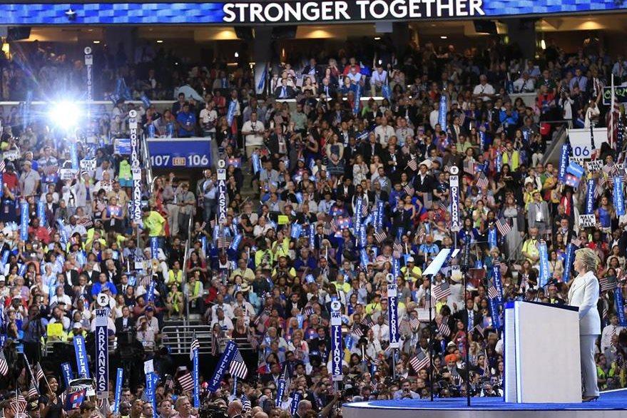 La candidata a la presidencia de Estados Unidos por el Partido Demócrata, Hillary Clinton, en el último día de la Convención Demócrata en el Wells Fargo Center en Filadelfia. (Foto Prensa Libre: EFE).