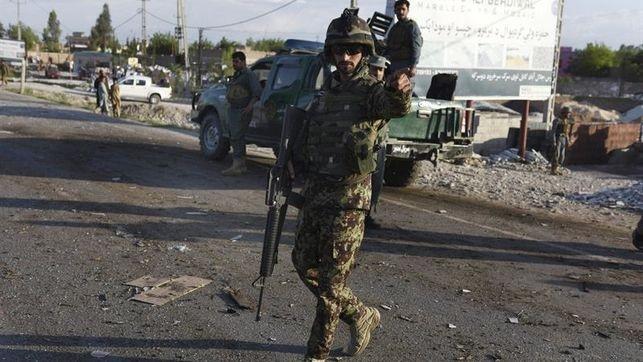 Un soldado acordona una zona tras un ataque en la localidad afgana de Jalalabad. (Foto Prensa Libre: EFE)