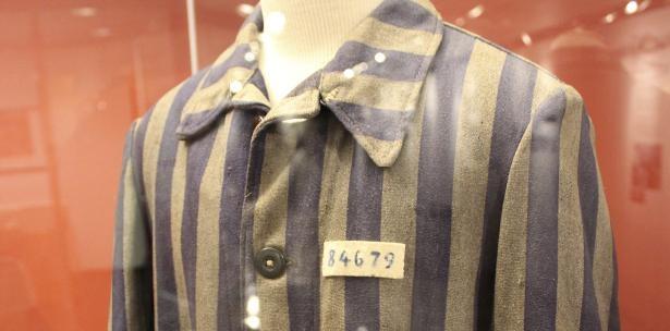 Curadores del centro no sólo exhibieron la prenda sino también descubrieron la historia de la persona que la usó. (Foto Prensa Libre: AP)