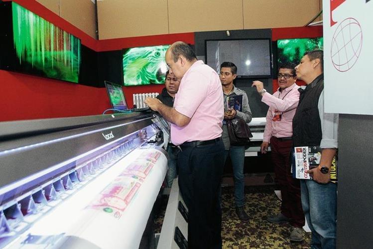 Alrededor de 70 empresas expusieron sus productos y servicios en la Expo Marketing Graphics & Desing. (Foto Prensa Libre: Álvaro Interiano)