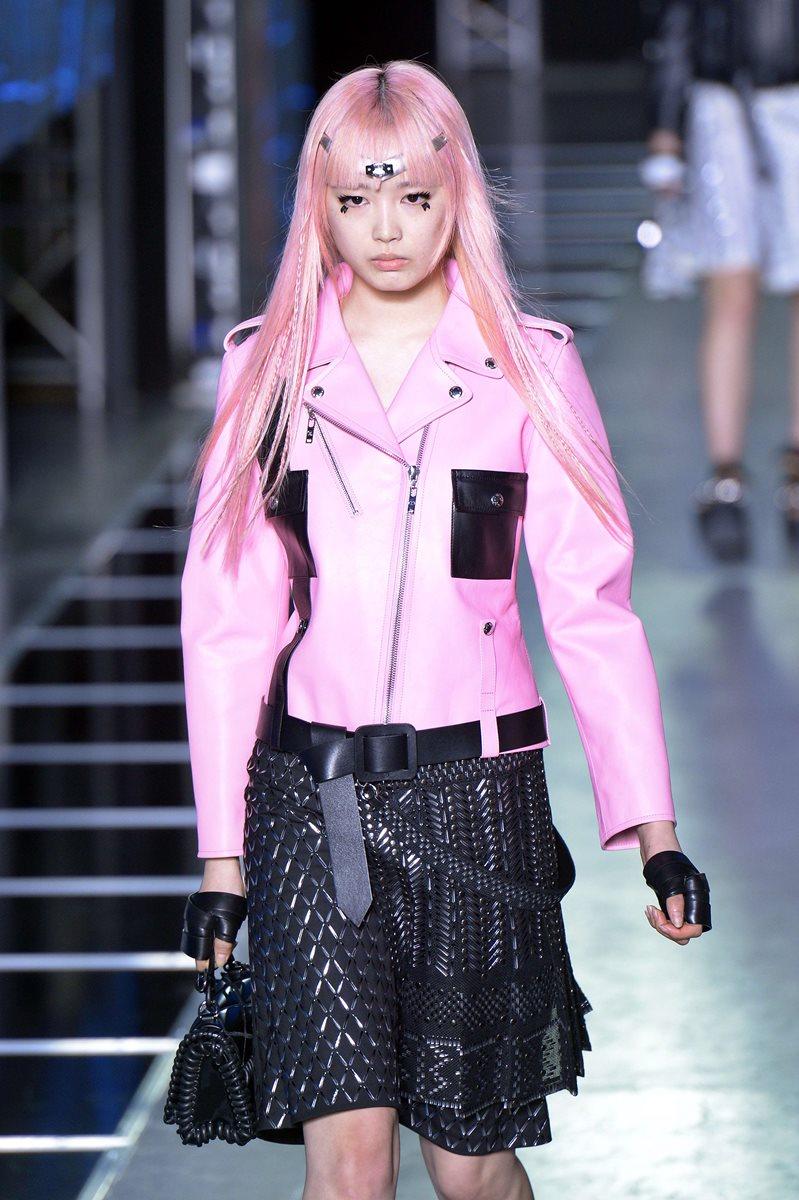 Louis Vuitton during ofreció una opción distinta de llevar el cuero durante la Semana de la Moda en París. (Foto Prensa Libre: AFP).