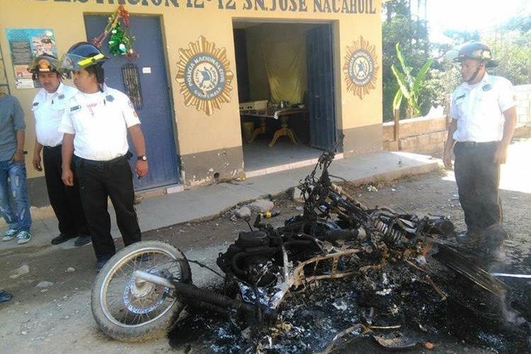 Bomberos observan las motocicletas destruidas por la turba. (Foto Prensa Libre: Estuardo Paredes)