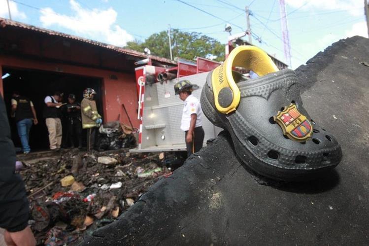 Bomberos limpian escombros de incendio en vivienda donde almacenaban fuegos pirotécnicos. (Foto Prensa Libre: Érick Ávila)