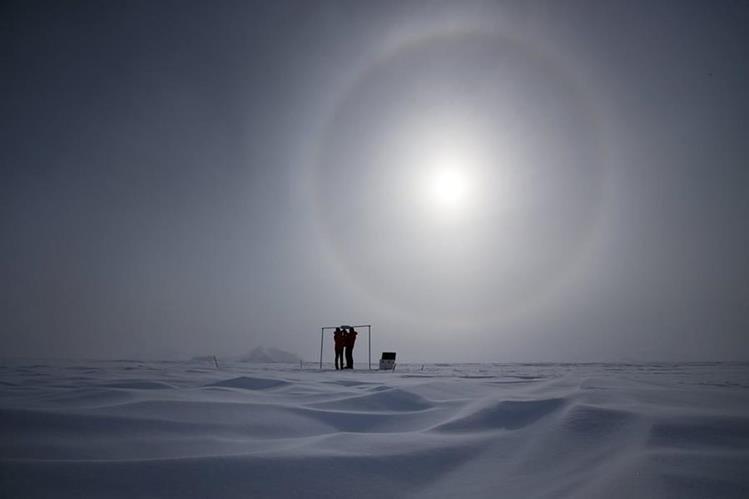 Científicos miden la radiación solar y su albedo en el campamento Glaciar Unión, a mil km del Polo Sur. (Foto Prensa Libre: EFE).
