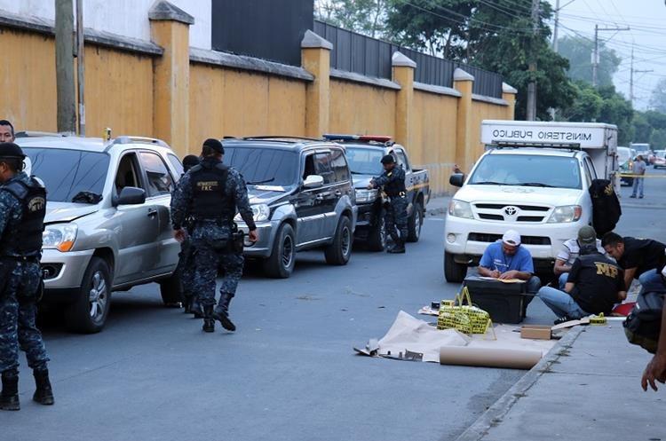 Ministerio Público y PNC embalan la droga incautada. (Foto Prensa Libre: Renato Melgar)